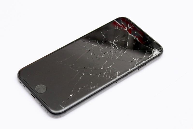 画面の割れたiPhone